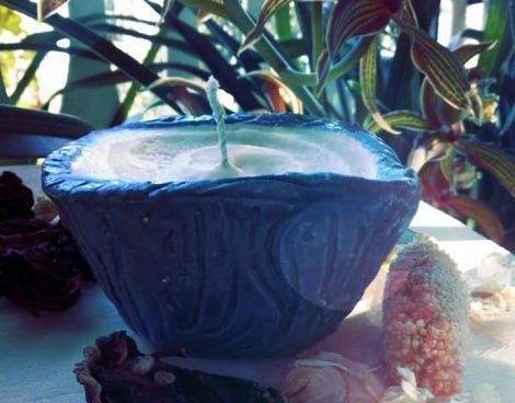 candela da massaggio con olio di cocco, burro di karitè, burro di cacao, cera di soya, olio essenziale di lavanda e rosmarino